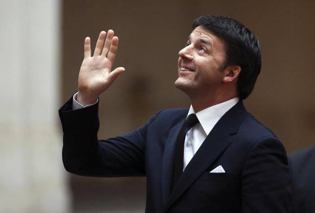 Italian Prime Minister Matteo Renzi waves as he waits for the arrival of his Greek counterpart Alexis Tsipras at Chigi palace in Rome February 3, 2015.  REUTERS/Alessandro Bianchi