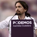 """Pablo Igesias (C), leader of Podemos, a left-wing party that emerged out of the """"Indignants"""" movement gives the thumbs up during a speech at a party meeting in Madrid on Octoer 18, 2014.  AFP PHOTO / DANI POZO"""